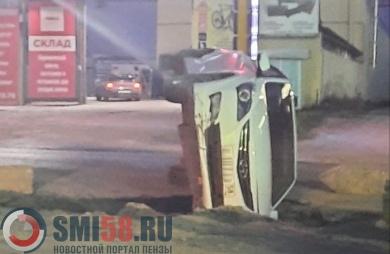 На улице Перспективной в Пензе автомобиль перевернулся на бок