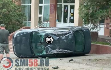 Около здания ПФР в Пензе опрокинулся автомобиль
