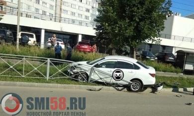На улице Кижеватова в Пензе иномарка снесла дорожное ограждение