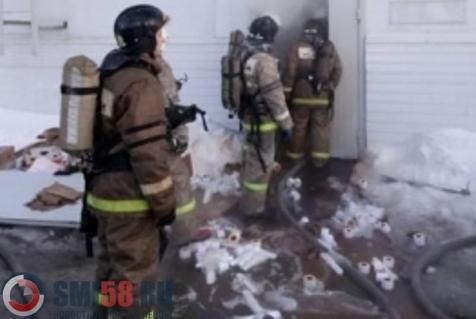 ВКузнецке 22 спасателя тушили пожар наскладе торгового центра