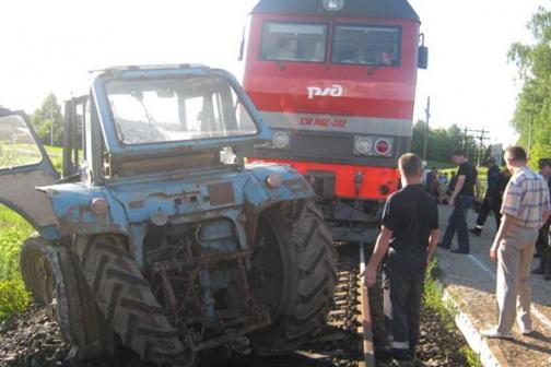 Под Бессоновкой поезд снес трактор нажелезнодорожном пути