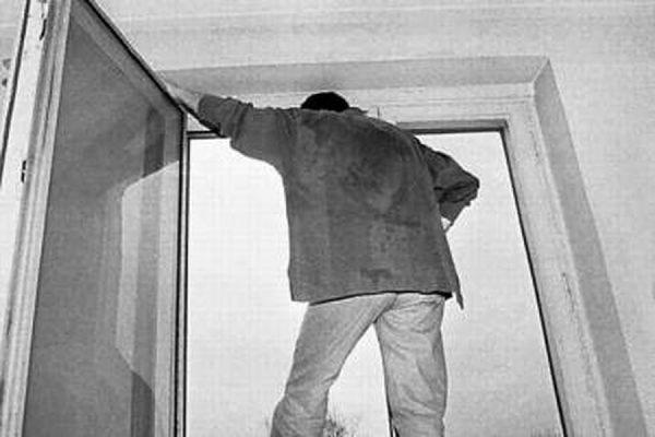 Изокна детской клиники вПензе выпал мужчина