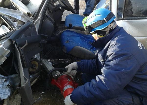 ВПензе после ДТП водителя «десятки» изсалона авто доставали cотрудники экстренных служб